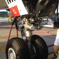 cotravel Stammtisch_Führung Flughafen Zürich_Flugzeug Räder Mechanismus Tarmac