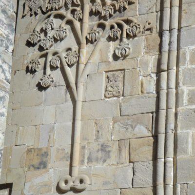 Granatapfelbaum an der Wand einer Kirche in Georgien